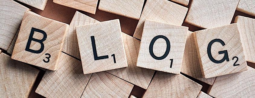Das Wort Unternehmensblog dargestellt mit Holzbuchstaben